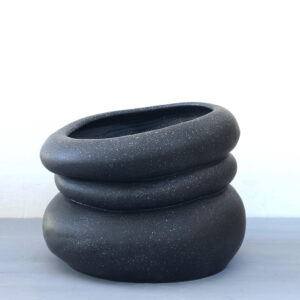 vaso di design per esterni e interni in ceramica verniciata collezione colate per la galleria vgo by nicole valenti niva design