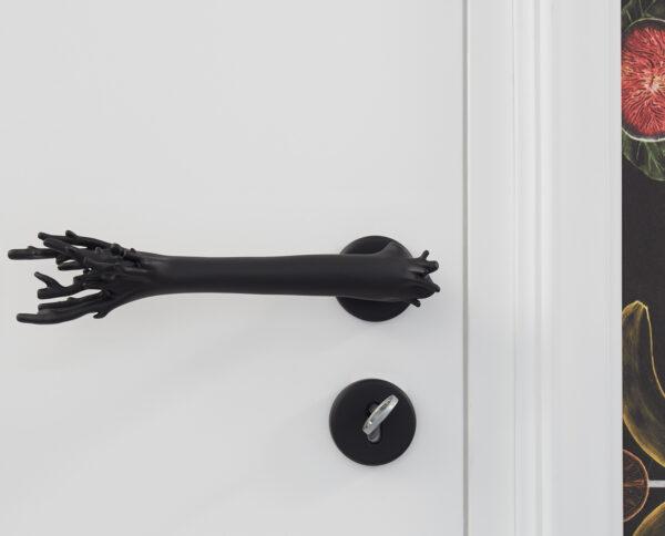 maniglia di design maglia per porte nera a forma di corallo by niva design