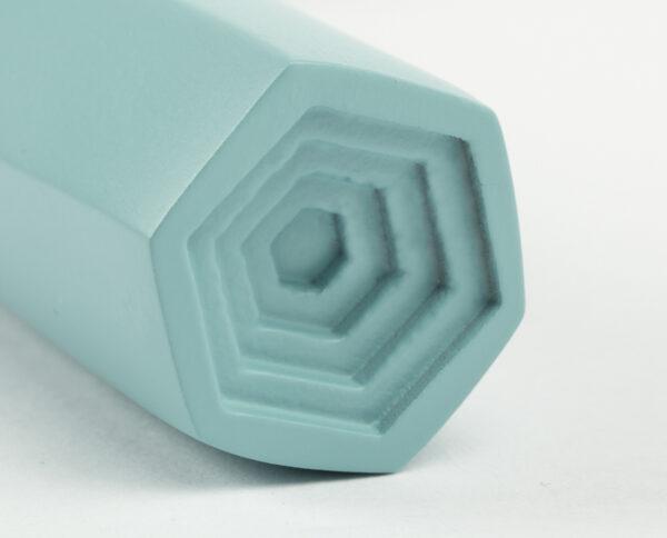 maniglia di design maglia per porte celeste opaca maniglia colorata modello geometrico prisma by niva design