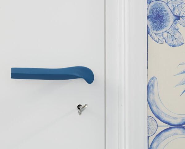 maniglia di design maglia per porte blu opaca geometrico prisma by niva design